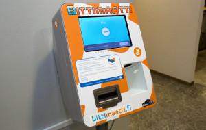 Bittimaatista voi ostaa Bitcoineja euroseteleillä. Henkilökohtaisen digirahalompakon QR-koodi näytetään kännykältä laitteen skannausikkunaan ja setelit syötetään aukosta sisään. Ostetut Bitcoinit siirtyvät napin painalluksella lompakkoon.