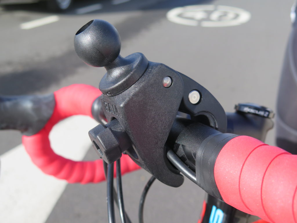 Tankokiinnike lukittuu tukevasti ohjaustankoon ja kiinnike istuu hyvin erikokoisiin tankoihin.