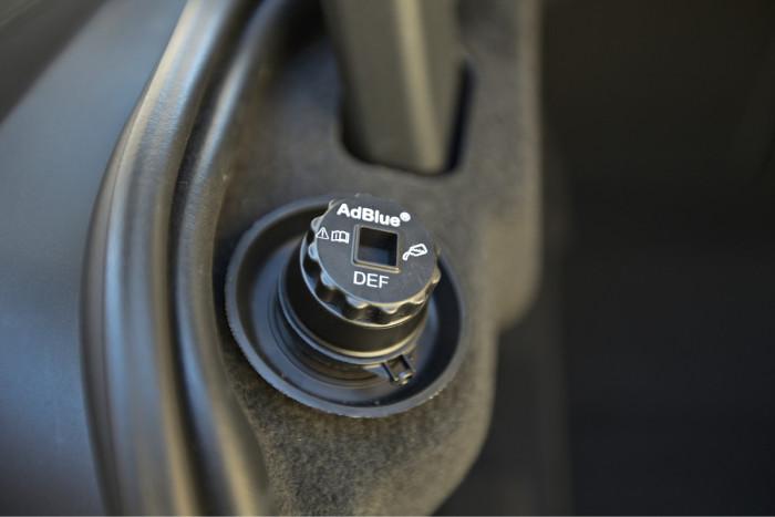 Dieselmallit on varustettu NOx-päästöjä laskevalla scr-katalysaattorilla. Siihen liittyvän ureasäiliön korkki on tavaratilassa.