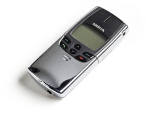 """Kromatuilla kuorilla varustettu Nokia 8810 """"Zippo"""" – puhelin on monien mielestä kaikkien aikojen hienoimpia kännyköitä."""