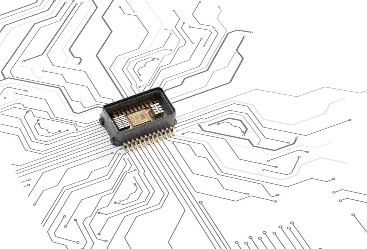 Muratan SCC2130-yhdistelmäanturi avattuna. Pieneen (8,5 x 15,0 x 4,4 mm) pakettiin on saatu mahtumaan paljon. Laidoilla olevien MEMS-elementtien väliin on sijoitettu yhdistetty kulmanopeuden ja kiihtyvyyden laskentamikropiiri.
