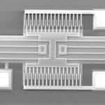 Elektronimikroskooppikuvassa erottuvat kamparakenteen parilliset piikit, jotka pysyvät paikoillaan ja massaan liitetyt parittomat liikkuvat sivuttaissuunnassa. Kamman piikkien suhteellinen siirtymä havaitaan kapasitanssin muutoksena.