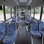 Matkustamo ei poikkea mitenkään perinteisestä linja-autosta.