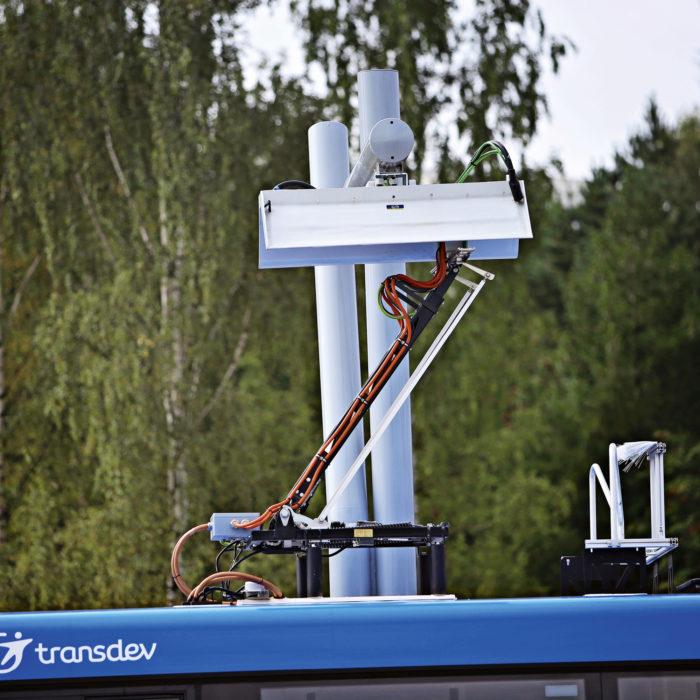 Lataus tapahtuu nostamalla pantografi latauslaitetta vasten. Mekaanista kytkentää ei tarvita.