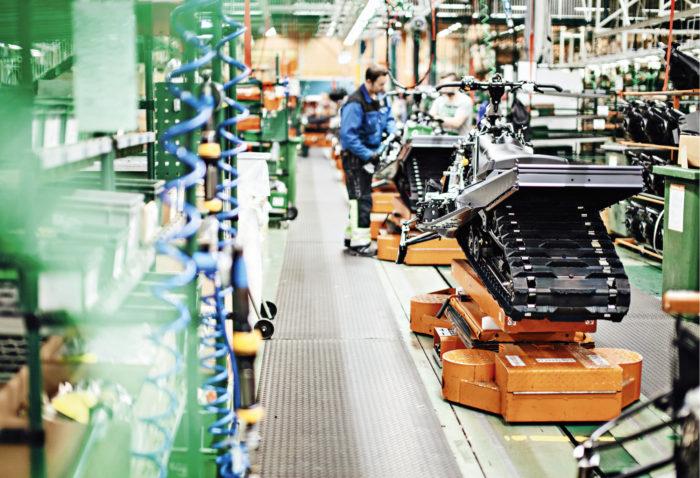 Kelkkojen tuotannossa on pieni tauko alkukeväästä. Kesällä tuotanto pyörii taas täydellä vauhdilla.