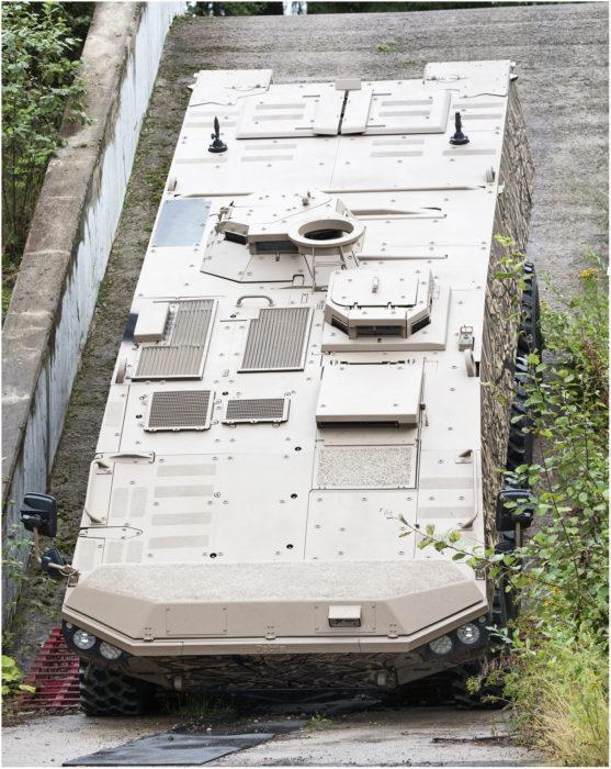Kannella olevien luukkujen määrä riippuu vaunun käyttötarkoituksesta, tässä tapauksessa niitä on viisi. Etummaisena on ajajan luukku, sitten ampujan luukku, ja sen takapuolella toisella reunalla vaununjohtajan luukku. Perällä on rinnakkain kaksi luukkua miehistötilaan.