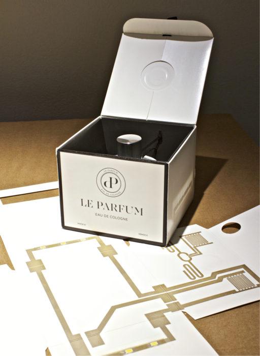 Parfyymipakkauksen virtapiirit voidaan suunnitella toimimaan antennina, turvahäkkinä, valokatkaisimena, lämpömittarina, sarjanumerona tai vaikka laskun lähettäjinä. Itse kartongin leikkaaminen on lähes sivuseikka.