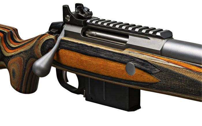 Kanadalaiset halusivat Rangerien aseeseen säänkestävän laminaattitukin, jonka väri erottuu jopa lumimyrskyssä.