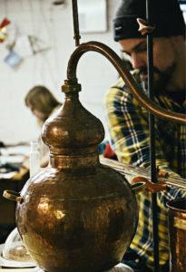 � Kyrö Distilleryn päätislaaja Kalle Valkonen tekee tuotekehitystyötä pikkupannulla, jonka tilavuus on vain muutama litra.