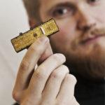 CERN:in kiihdyttimen pikselisensorit kootaan piikennon ja elektroniikan kerroksista mikrometrien tarkkuudella. Juho Juvalainen paranteli tuotantoprosessin tarkkuutta itsenäisesti puolen vuoden ajan ja koulutti seuraajakseen toisen Espoon opiskelijan. Kuvassa on varhainen prototyyppi, ja oikeat sensorit maksavat noin 5 000 euroa kappale.