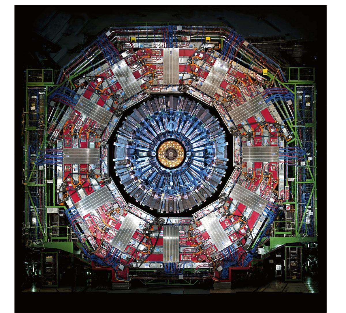 Juho Juvalaisen kokoamat anturit ovat CERNin 15 metrin korkuisen CMS-ilmaisimen keskipisteessä. Anturit ovat sukua digikameroille, mutta fotonien sijasta ne tallentavat kiihdyttimen hiukkassuihkujen törmäysjälkiä.