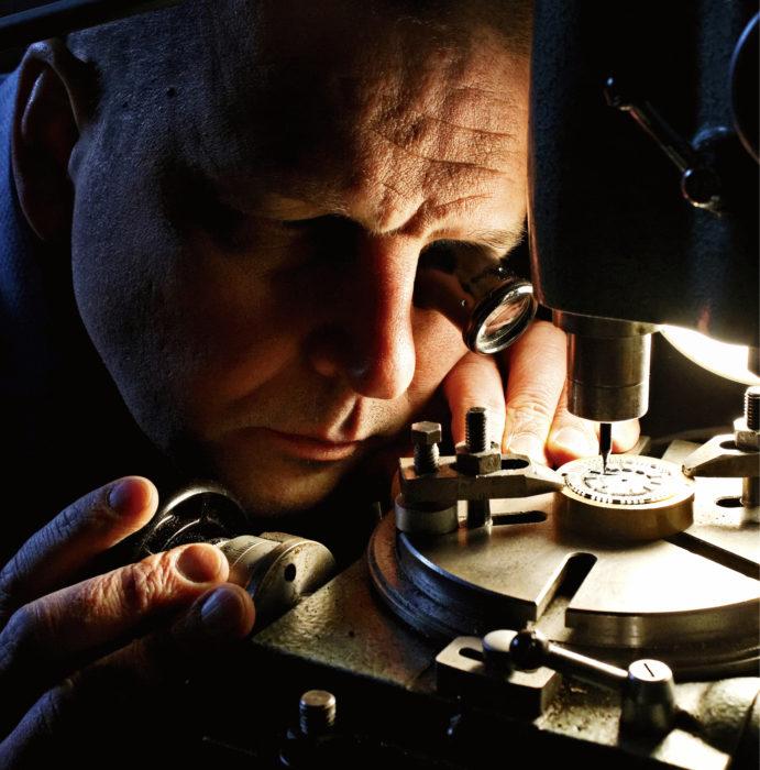 Tarkkuusjyrsin kohdistetaan vaihtamalla teräyksikön tilalle saman kokoinen mikroskooppi. Kun mikroskoopin hiusristikko on täsmälleen oikeassa pisteessä, Ylitalo vaihtaa yksiköt kuin imurin suulakkeet ja jyrsii kellotauluun uuden syvänteen.
