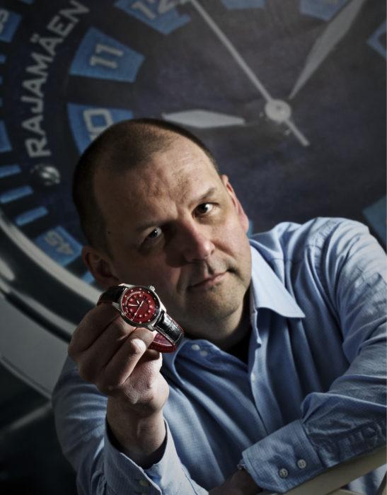 Kelloseppä Simo Ylitalon suunnitteleman 12M-mallin punaisen version väri tulee DLC-pinnoitteen sijaan anodisoinnista. Muilta osin kyseessä on sama 41 millimetrin automaattivetoinen kello, jossa on safiirilasit molemmilla puolilla, eli koneiston voi nähdä kellon kääntöpuolelta.