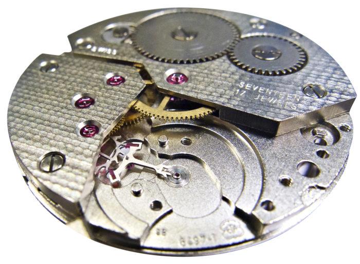 Kellokoneistosta muodostuu luupin läpi katsottuna lumoavan kaunis työmaa, johon on helppo uppoutua. Tässä vaiheessa kellon sykkivä sydän eli liipotin on poistettu, ja purkutyö jatkuu yhä syvemmälle koneiston sisään.