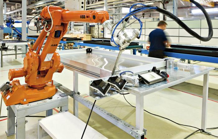 Aurinkolämpökeräimien valmistusta Savo-Solarin tehtaassa Mikkelissä.