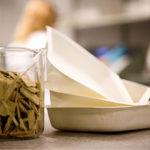 Lappeenrannan teknillisessä yliopistossa on tutkittu tiiviiden pakkausten valmistusta biomateriaalista. Maaöljypohjaisista PET-muoveista voidaan silloin luopua.
