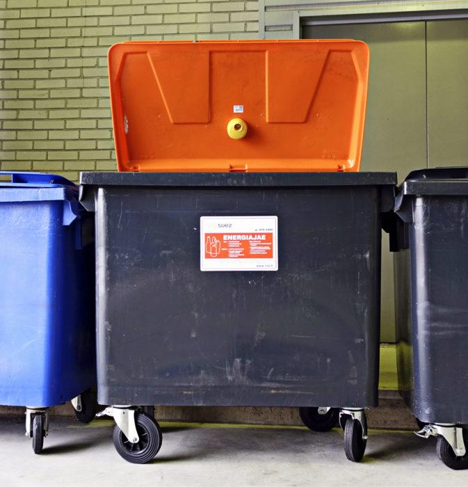 Keltainen mötikkä on sensori, joka kertoo, milloin on aika tyhjentää roskalaatikko.
