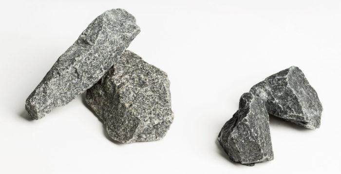 Helon pieneen kivitilaan sopivat parhaiten valmistajan omat kolmen sentin kokoiset kivet (oikealla). Misan ja Harvian pikkukiukaisiin valikoitui myös tavallista pienemmät kivet, jotka otettiin valmispakkauksista (kooltaan 5–10 cm)