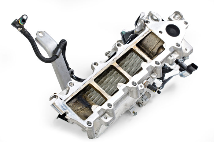 Ahtoilman jäähdytys hoidetaan ilmasta nesteeseen -tyyppisen lämmönvaihtimen avulla. Nesteeseen siirretty lämpöenergia siirretään sähköisen kiertovesipumpun avulla auton keulalla olevalle jäähdyttimelle ja sieltä ulkoilmaan. Näin putket pysyvät lyhyinä ja kaasuun vastaavuus on nopeaa.