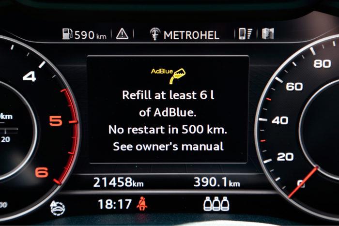 AdBlue-lisäaineen loppuminen ei pääse yllättämään, sillä varoitukset alkavat jo 2 000 kilometriä ennen aineen loppumista joka käynnistyksen yhteydessä. Jos aine silti loppuu, päästödirektiivi määrää, että autoa ei ennen täyttöä voi käynnistää.
