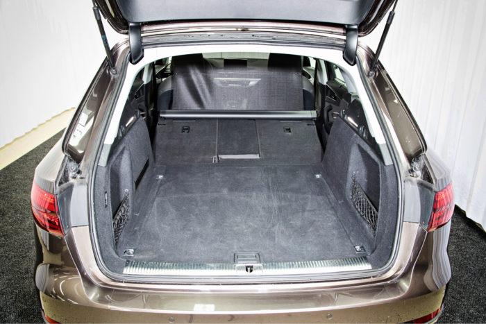 Laajennettunakaan Audista ei tule pakettiautoa. Lattian etuosa on vino, mutta turvaverho kuuluu vakiovarusteisiin ja sen saa kiinni myös etuistuinten taakse.