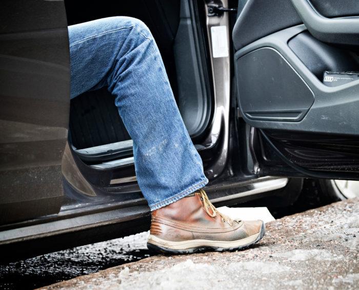 Auton mataluus korostuu korkean katukiveyksen vieressä, kun kynnys on lähes maan tasalla. Varsinkin jos selällä on huono päivä, voi ymmärtää katumaasturien suosion.
