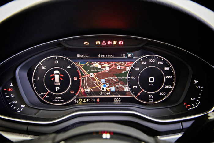 Navigaattoripakettiin sisältyvä virtuaalimittaristo sisältää häkellyttävän määrän informaatiota, mutta sen kanssa oppii elämään. Haastavissa suunnistustehtävissä voi mittaristoon valita ison karttanäytön ja siihen eri mittakaavan tai näkymän kuin keskusnäyttöön.