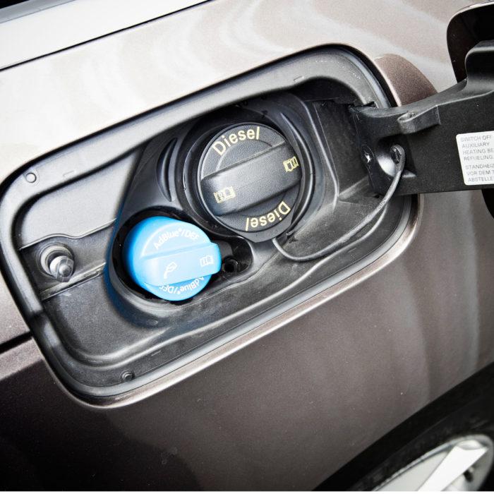 AdBlue-lisäainetta kuluu noin litra tuhannella kilometrillä, ja ainetta on lisättävä myös huoltojen välillä. Sitä löytyy parhaiten huoltoasemilta astioissa ja pistoolista raskaan kaluston tankkauspisteillä.