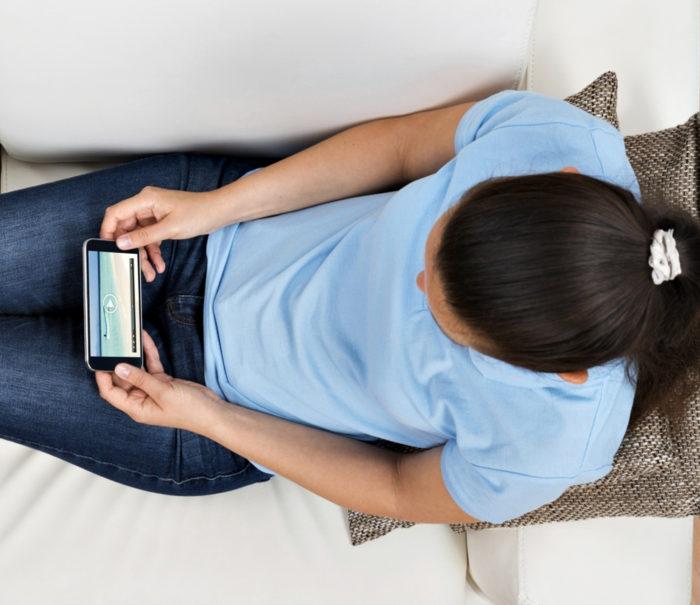 Moni nuori katsoo perinteisen television sijasta nettitelevisiota kännykästä.