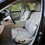 Etuistuimet ovat identtiset 90-sarjan autojen kanssa. Korkeus ja ristiseläntuki säätyvät aina sähköllä. Kuljettajan istuimessa on myös etureunan korkeussäätö. Lisää säätöjä, tuuletusta, hierontaa ja nahkapintaa istuimiin saa lisähintaan.