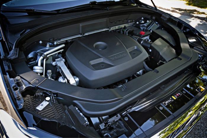 Moottorivalikoimassa ei ole yllätyksiä, vaan käytössä ovat samat kaksilitraiset bensiini- ja dieselmoottorit kuin muissakin uusissa Volvoissa. Myös T8-lataushybridi on valmistusohjelmassa heti alusta lähtien.