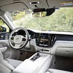 Näkymä on tuttu 90-sarjan Volvoista. Ajoasento ja istuimet ovat ensiluokkaisia. Keskusnäytön käyttöliittymää on hieman päivitetty, mutta edelleen sen sujuva käyttö vaatii hieman kärsivällisyyttä.