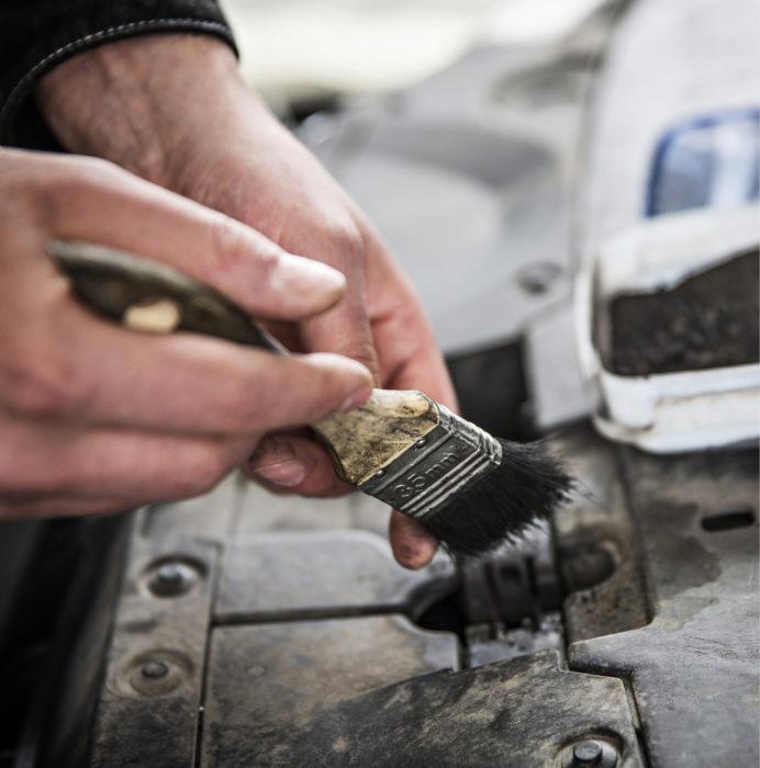 Škodan huolto-ohjelmaan kuului konepellin lukon voitelu. Ennen huoltoon vientiä lukko kuivattiin ja se pölytettiin testipölyllä, joten hyvin suoritettu voitelu oli helppo havaita.