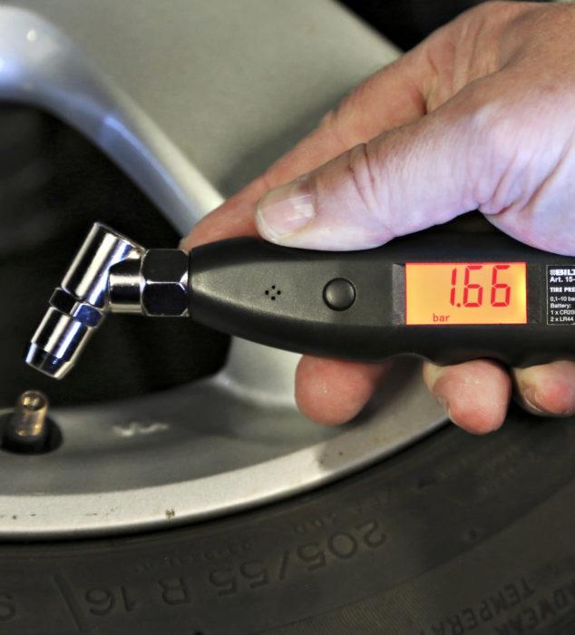 Vararenkaan paineen tarkastaminen on huollon tehtävä, joka hyvin usein unohtuu. Tämä johtuu siitä, että mekaanikon tarkastaessa paine on kunnossa yhdeksän kertaa kymmenestä. Mutta ei ole mukava joutua rengasrikkoon sillä kymmenennellä autolla.
