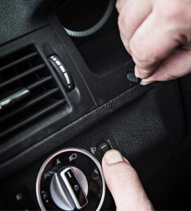 Mercedes-Benzin huolto-ohjelmaan kuuluu valojen korkeussäädön ja mittariston valojen kirkkaussäädön toiminnan tarkastus. Ennen huoltoa säätimet oli käännetty asentoon, johon ne eivät luonnollisesti jää, joten tehty tarkastus oli helppo huomata.