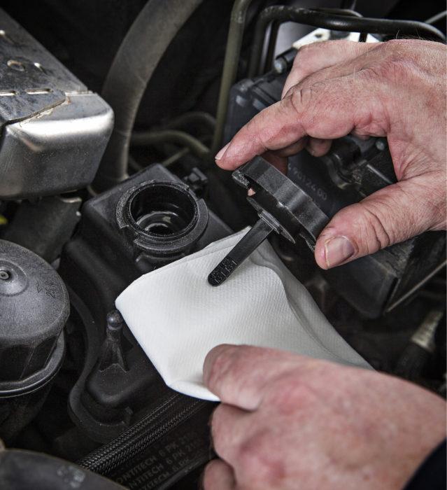 Mercedes-Benzin ohjaustehostimen nestesäiliöstä oli poistettu nestettä niin paljon, ettei säiliön kannessa oleva mittatikku kastunut. AD Autokorjaamoa lukuun ottamatta tilanne oli sama myös huollon jälkeen.