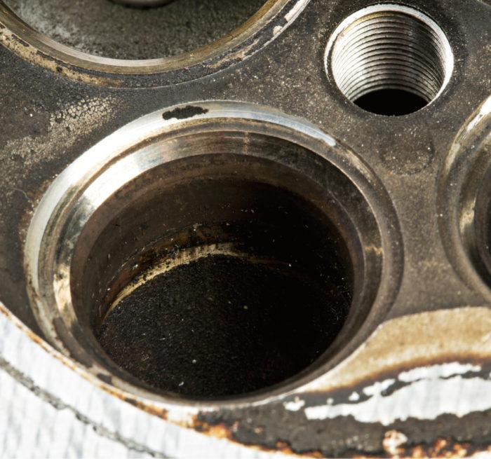 Sylinterikannessa sijaitseva tiivistyspinta eli venttiilinistukka oli rikkoutunut keskimmäisestä sylinteristä. Ilmeisesti se oli lämmennyt liikaa ja tiivistyspinta oli levinnyt. Tuhoa lisäsi se, että myös venttiilinohjaimien välys oli kasvanut liiaksi ja venttiilit pääsivät heilumaan sivusuunnassa.