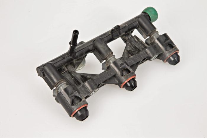 Polttoainesuuttimien pidikkeet ja jakotukki on tehty yhdestä muovikappaleesta. Suuttimet suihkuttavat polttoaineen imukanavaan venttiilien taakse, jolloin polttoaineseos saadaan tasaiseksi ja kaasunvastaavuus nopeaksi.