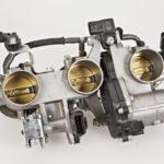 Kaasuvaijeri kulkee kyllä kaasuläppäkoteloon saakka, mutta sillä ei ole mekaanista yhteyttä kaasuläppiin. Kuljettajan toiveen ja todellisen kaasuläpän avautuman välissä on tietokone ja servomoottori, joka muuttaa kaasuläppien asentoa tarvittaessa tuhannesosasekunnin viiveellä.