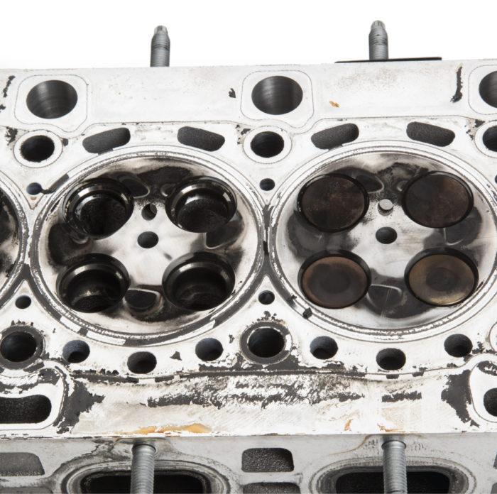 Alumiinisessa sylinterikannessa oli käytön jäljiltä karstaa vain hyvin vähän ja siitäkin suurin osa lähti kevyesti puhdistamalla pois. Imuventtiilit ovat kannessa toisella puolella ja pakoventtiilit toisella samoin kuin bensiinimoottoreissa ja toisin kuin joissakin dieseleissä.