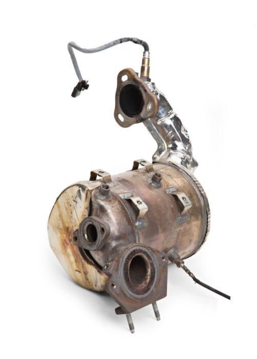 Hiukkassuodatin on erittäin tehokas pienhiukkasten puhdistaja, joten sen vaikutus hengitysilmaan on merkittävä. Nissanin suodattimen sisäänmenoaukko on noesta aivan musta, mutta ulostuloaukko on täysin puhdas. Jopa ruostepilkut erottuvat pinnalta, joten suodatin on toiminut mainiosti.