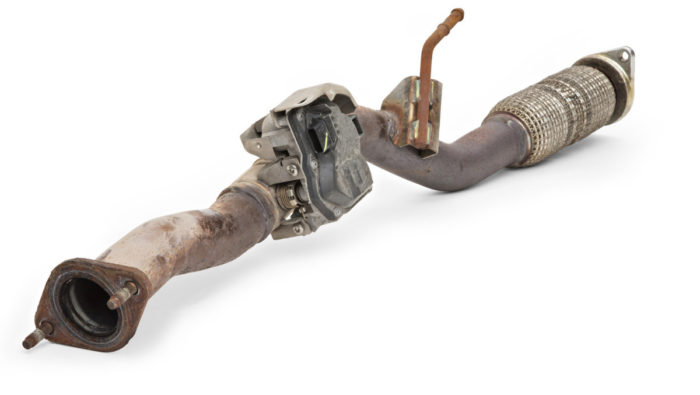 Nissanissa ei ole pakoputkistossa typen oksidien jälkikäsittelyä, mutta typen oksideihin pyritään vaikuttamaan pakoputkessa olevalla läpällä. Läppä kuristaa virtausta ja lisää siten pakokaasujen takaisinkierrätystä. Kierrätetty pakokaasu pudottaa lämpötiloja palotilassa ja vähentää typenoksidien syntymistä.