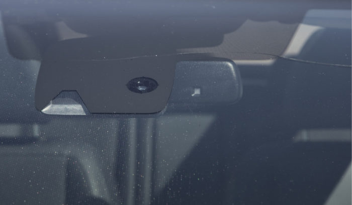 Kamera, sadetunnistin, valoisuustunnistin ja lämmitysvastukset vaikeuttavat tuulilasin korjausta ja nostavat vaihtohintaa. Testiautossa lasi meni rikki jo testin alkupuolella.