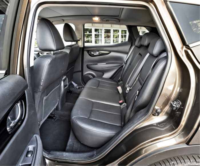 Takana on hyvin tilaa. Istuma-asento on korkea ja pysty. Suuri kattoikkuna hohkaa kylmää kovilla pakkasilla, jolloin väliverho on syytä pitää kiinni.