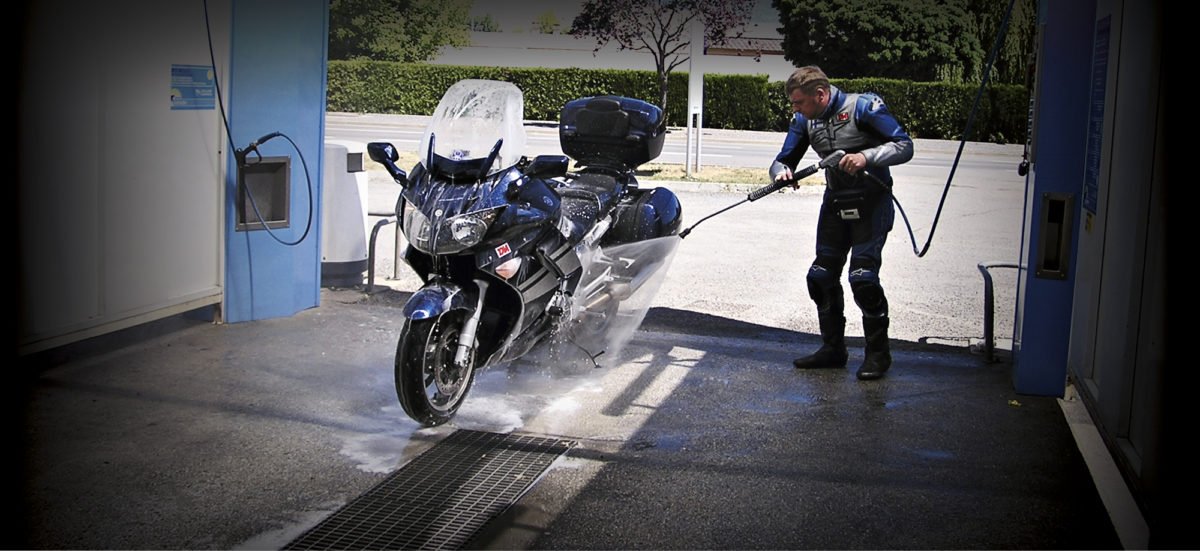 Säännöllinen pesu kuuluu oleellisena osana käyttötestien ohjelmaan. Yamaha FJR:llä ajettiin kaudella 2007.