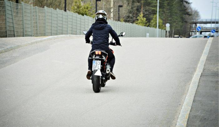 Elämä edessä ja kolmio takana. Tällä kertaa käyttötestissä on KTM 125 Duke.