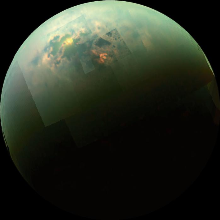 """Saturnuksen kuut Titan ja Enceladus ovat paljastuneet aktiivisiksi taivaankappaleiksi, joilla on monimutkaisia hiiliyhdisteitä ja elämän rakennusaineita. Kuvassa näkyy Titanin pinnalla olevia järviä, joissa loiskii nestemäinen metaani. Taivaalta satava metaani muodostaa järviä, kovertaa joenuomia ja saa aikaan eroosiota. Titanin """"peruskallio"""" on superkylmää jäätä, joka käyttäytyy kuin kiviaines Maan päällä."""