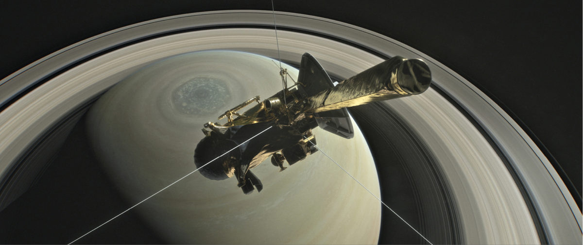 Lentonsa aikana Cassini on ollut radalla, joka on vienyt sen myös korkealle Saturnuksen päälle. Sieltä renkaat ja kaasukehän erilaiset pilvet näkyvät hyvin kaikkine yksityiskohtineen. Kuvassa näkyy hyvin myös pohjoisnavalla oleva valtava kuusikulmainen myrskyalue.