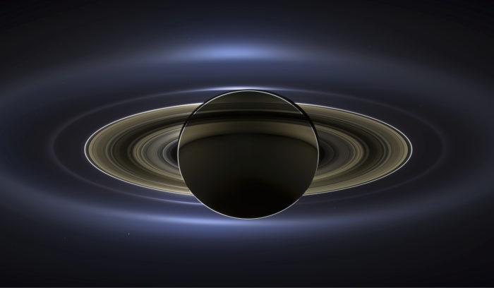 Eräs tunnetuimmista Cassinin ottamista kuvista näyttää Saturnuksen hetkellä, jolloin Aurinko oli sen takana. Etenkin sopivalla kuvankäsittelyllä ja eri tavalla otettuja kuvia yhdistämällä on rengasplaneetan eri osat saatu näkymään hyvin. Pisteet ympärillä ovat kuita ja myös kauempana olevat Venus, Mars ja Maa.
