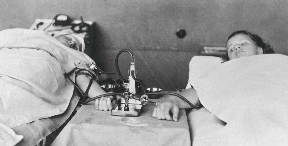 """Veren hyytyminen oli suuri ongelma suorassa verensiirrossa. """"Verensiirtoaparaatilla"""" eli ruiskun ja kolmitiehanan avulla verta siirrettiin laskimosta laskimoon."""
